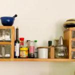 Küchenregal und Arbeitsfläche