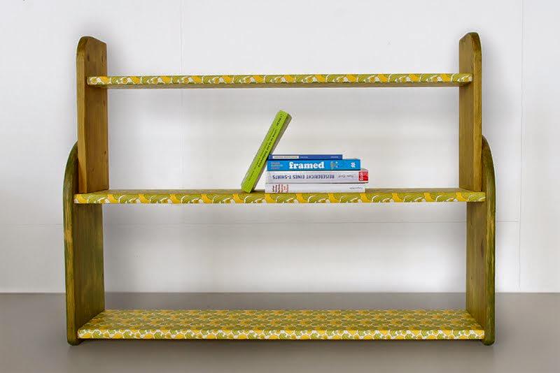 Bücherregal mit Tapetenmuster