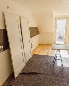 Fußboden und Türen mit neuem Anstrich