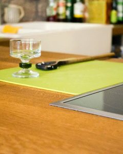 Küchenregale und Arbeitsfläche